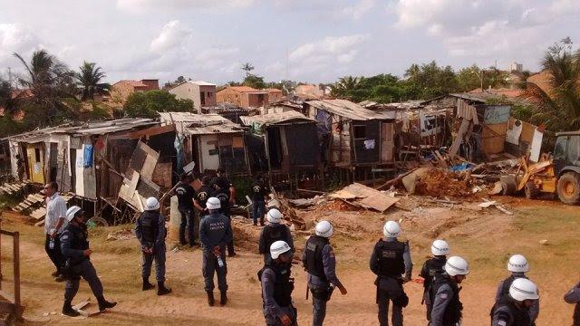 Policiais militares observam derrubada de casebres de famílias palafitadas do PAC Rio Anil