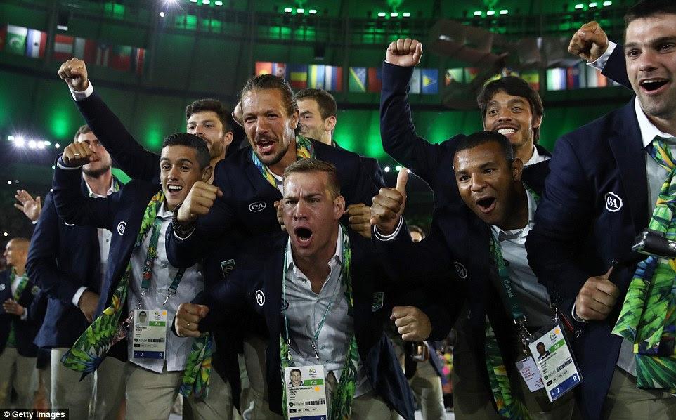 Os membros muito excitáveis da equipe Brasil participar durante a Cerimônia de Abertura do Rio 2016
