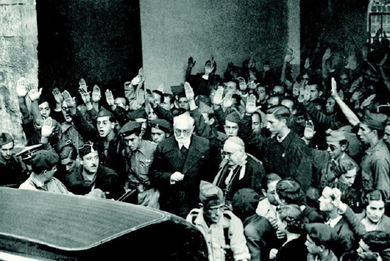 <p>Unamuno sale de la Universidad de Salamanca tras su enfrentamiento con Millán Astray en octubre de 1936</p>