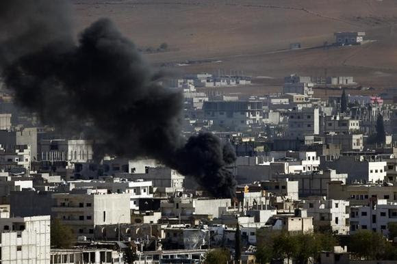 Smoke rises from the Syrian town of Kobani, seen from near the Mursitpinar border crossing on the Turkish-Syrian border in the southeastern town of Suruc in Sanliurfa province October 15, 2014. REUTERS/Kai Pfaffenbach