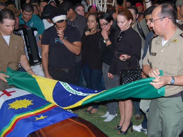 Grupo de sanfoneiros, músicos e familiares acompanharam sepultamento de Dominguinhos (Foto: Priscila Miranda / G1)