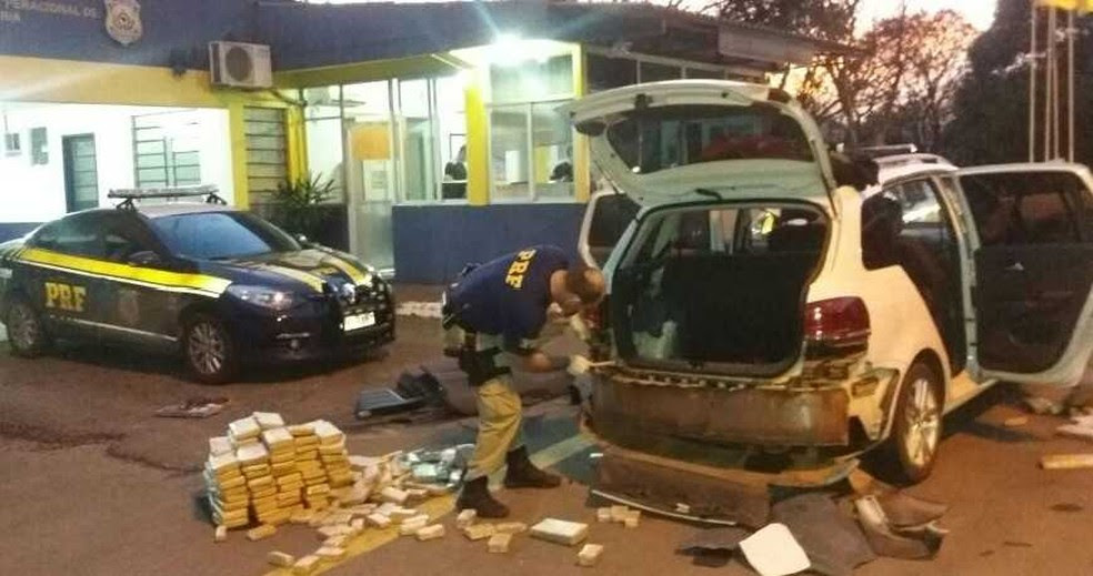 Parte da droga estava escondida em um fundo falso no para-choque do carro (Foto: Divulgação/PRF)