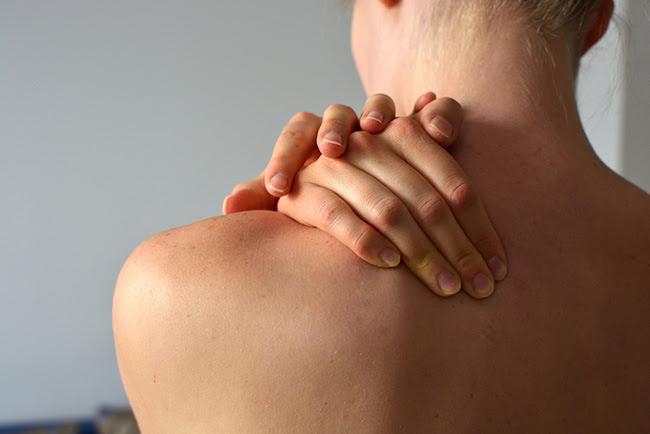 Mujer que padece síntomas de la artritis reumatoide