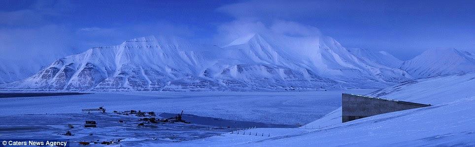 O permafrost em torno da instalação ajuda a manter a temperatura baixa das sementes deve o fornecimento de energia elétrica nunca falham