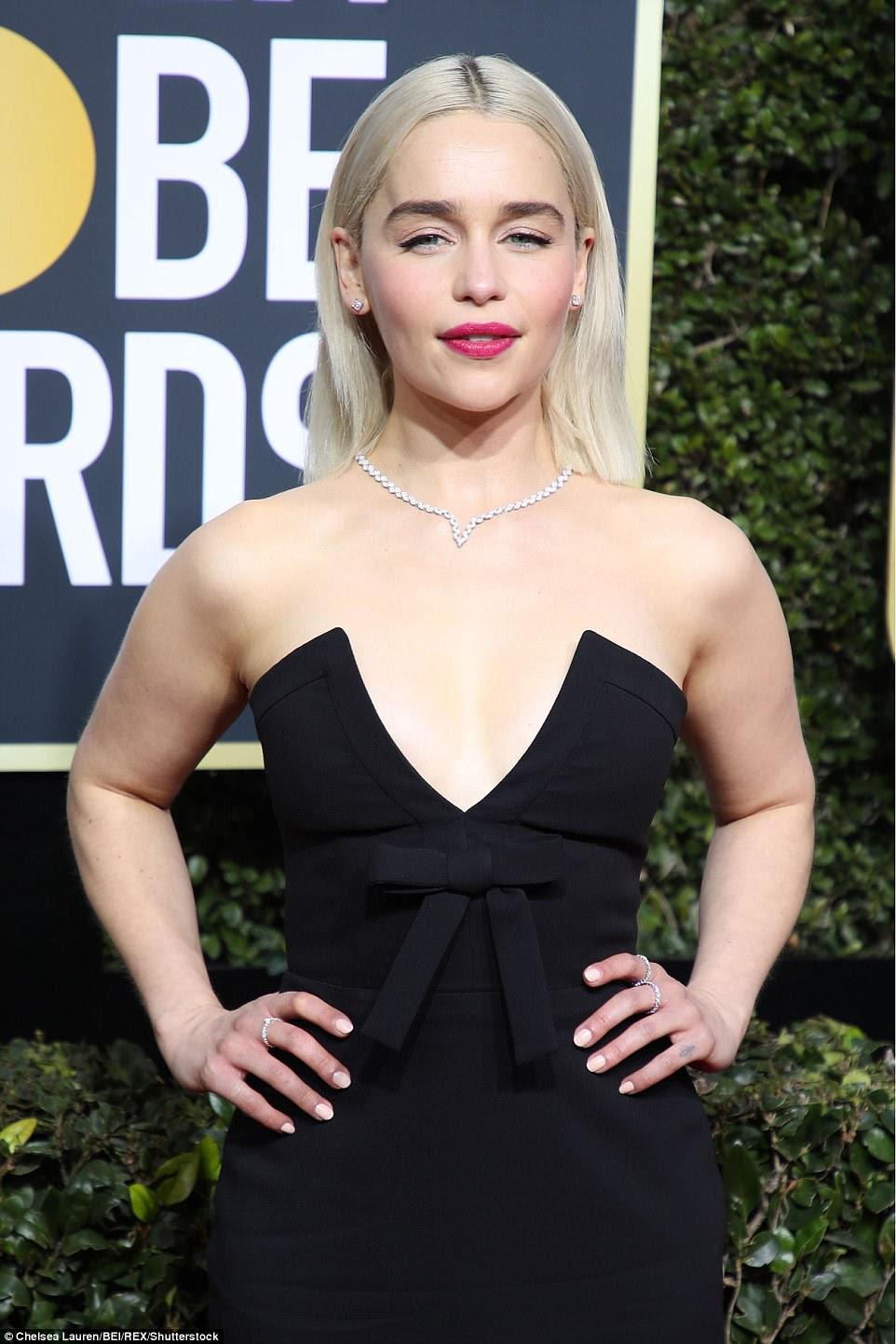 Beleza de platina: Emilia, que interpreta Daenerys Targaryen no Game Of Thrones, brilhou batom rosa brilhante e polimento neutro