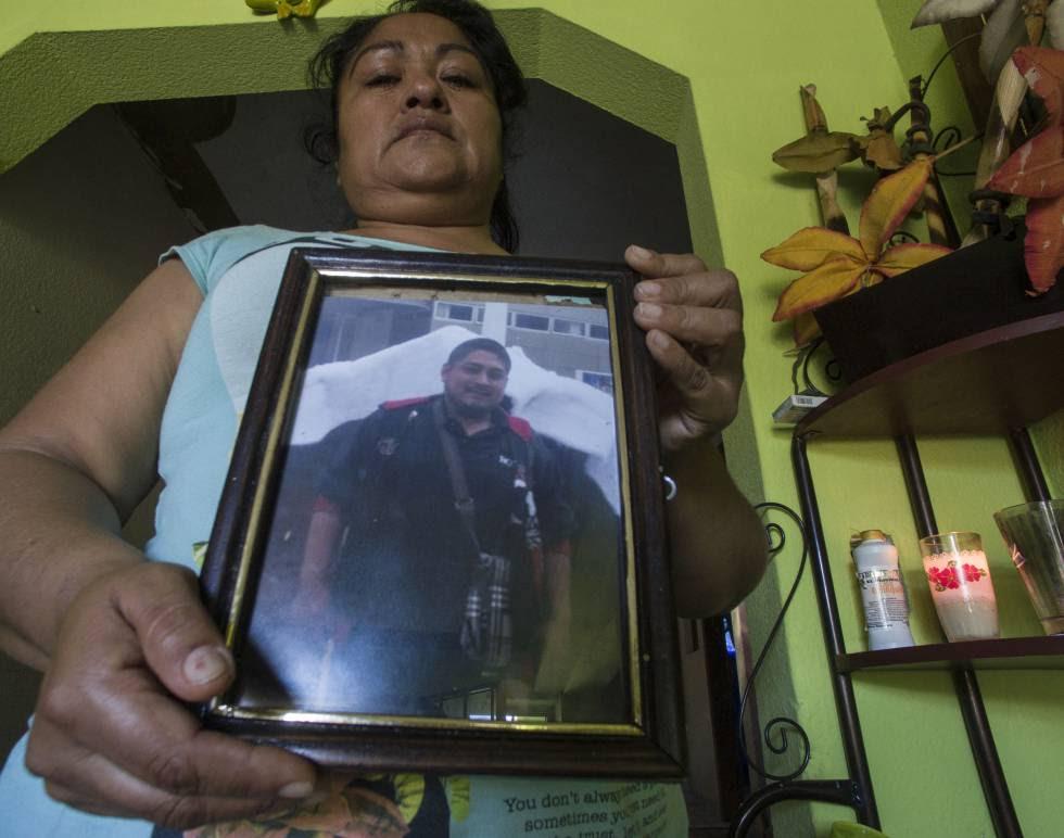 Blandina Ponce muestra la foto de su hijo asesinado en Villa Juárez. Sinaloa.