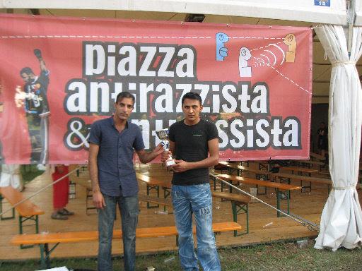 Yasar e Shahid davanti allo striscione