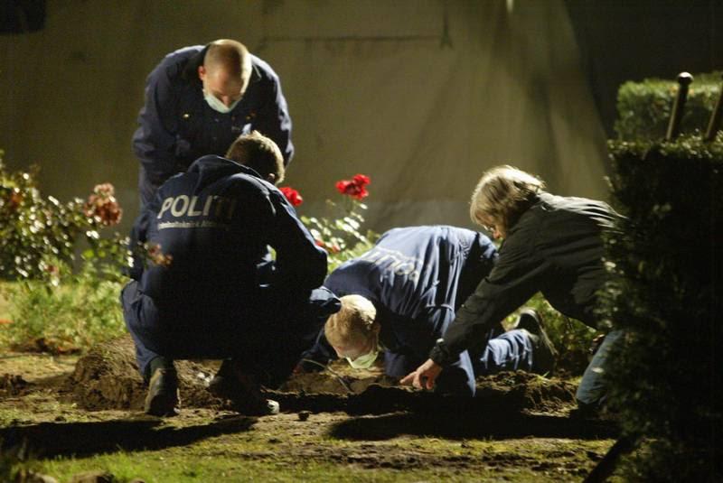 Politiet undersøger gravstedet på Assistens Kirkegård efter det var blevet skændet. (Foto: Gert Jensen)