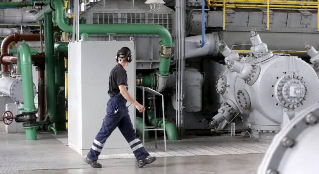 Un operario en una planta de gas en Incukalns (Letonia).