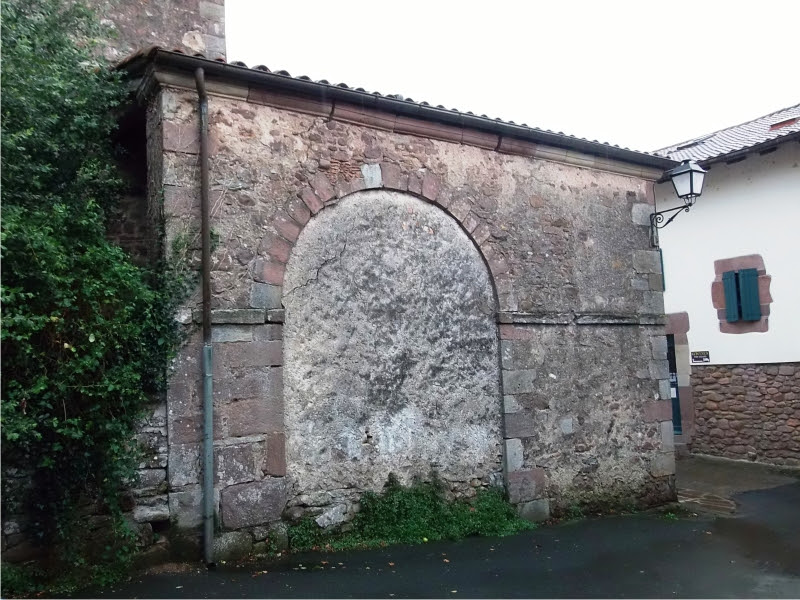 La puerta tapiada de la iglesia de Arizkun. Foto: Ander Izagirre.