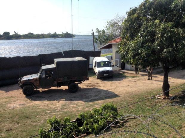 Lona preta foi colocada às margens do rio durante resgate dos corpos (Foto: Tatiane Queiroz/ G1 MS)