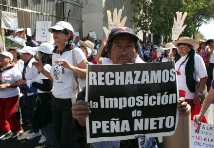 Integrantes de Morena protestan contra el alza de impuestos en el SAT. Foto: Germán Canseco