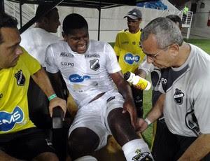 Paulão, zagueiro do ABC, lesiona o joelho esquerdo e sai do jogo contra o Potiguar de Mossoró (Foto: Ricardo Silva)