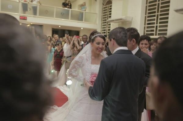O sogro é quem foi até ele, deu um abraço e o trouxe para mais perto da noiva. Com um beijo na testa, Bruno cumprimentou Juliana. (Foto: Deivison Pedrê)