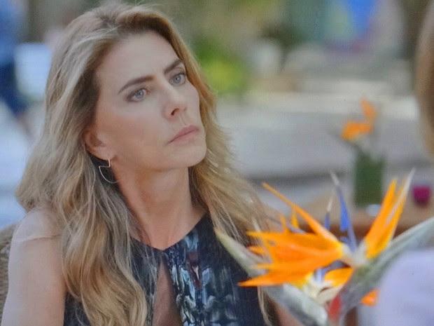 Kitty sente a pressão de Laura e confessa mentira (Foto: TV Globo)