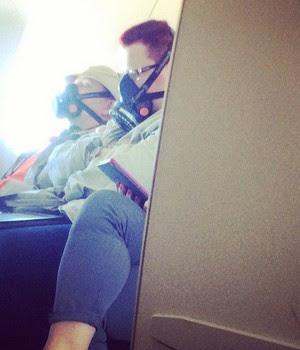 Passageiros no avião - comissários fotografam situações bizarras que veem (Foto: Reprodução Instagram)