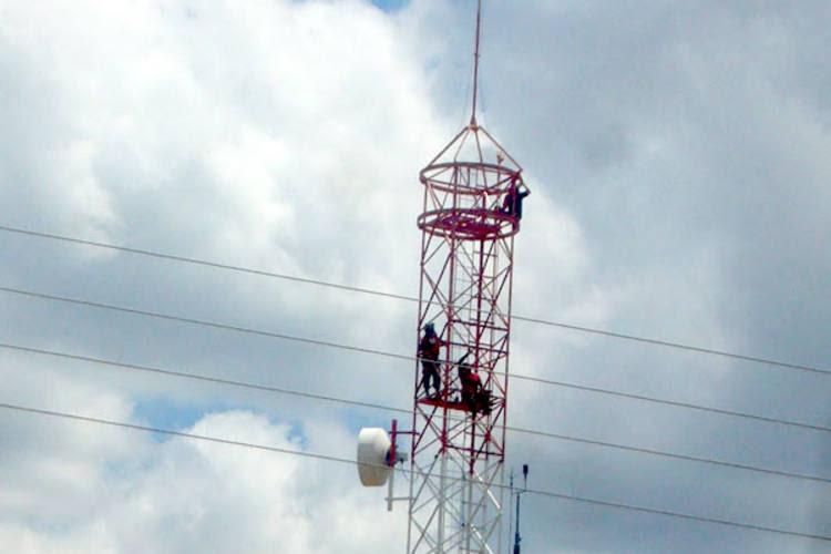 Auri do Som está no alto da torre de operadora de celular e ameaça suicídio
