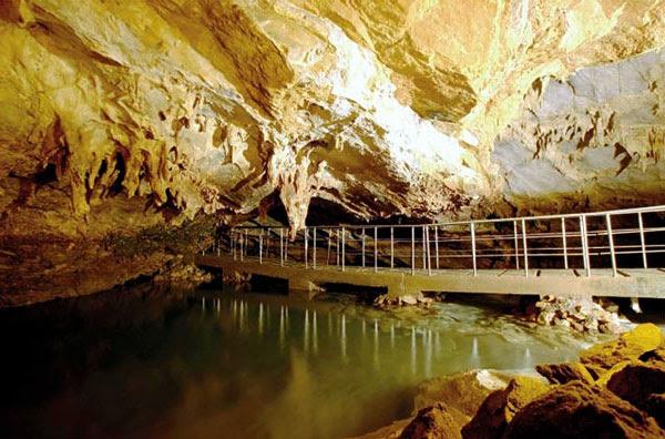 Perierga.gr - Μαγευτικό υπόγειο ποτάμι στην Ελλάδα