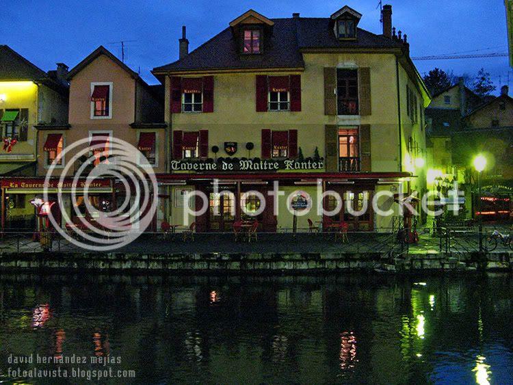 Vista nocturna de un edificio de Annecy, Francia tras uno de los canales que recorren el pueblo