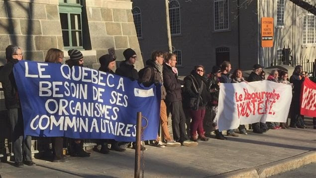 Les manifestants réclament un réinvestissement dans les services publics et les programmes sociaux.