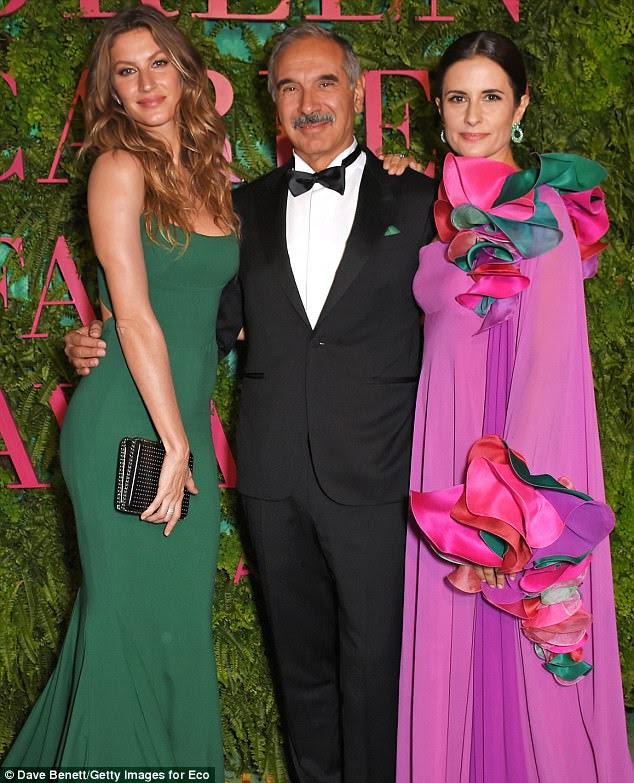 Conversando com os bigwigs: Gisele se misturou com Carlo Capasa, presidente da Câmara Nazionale della Moda Italiana e Livia Firth, da Eco-idade