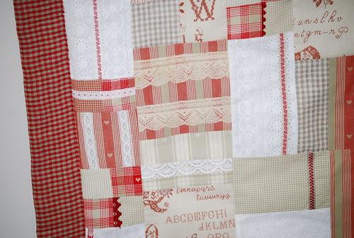 Quilt Rojos, cintas y puntillas / Detalle