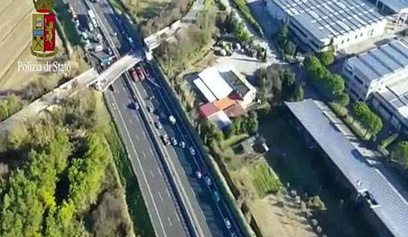 A14, crolla ponte sull'autostrada © ANSA