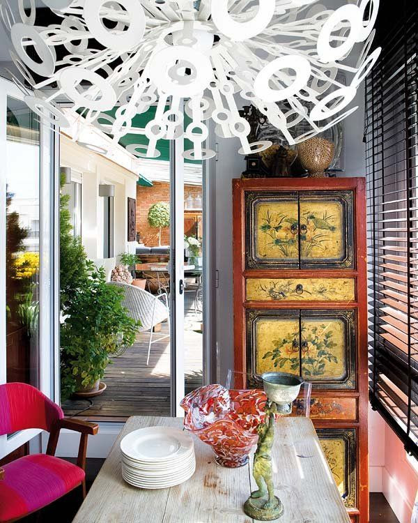 Un ático decorado con arte y antigüedades