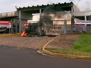 Em greve, agentes tentaram impedir transferência de presos e atearam fogo em pneus no CDP de Ribeirão Preto, SP (Foto: Reprodução/EPTV)