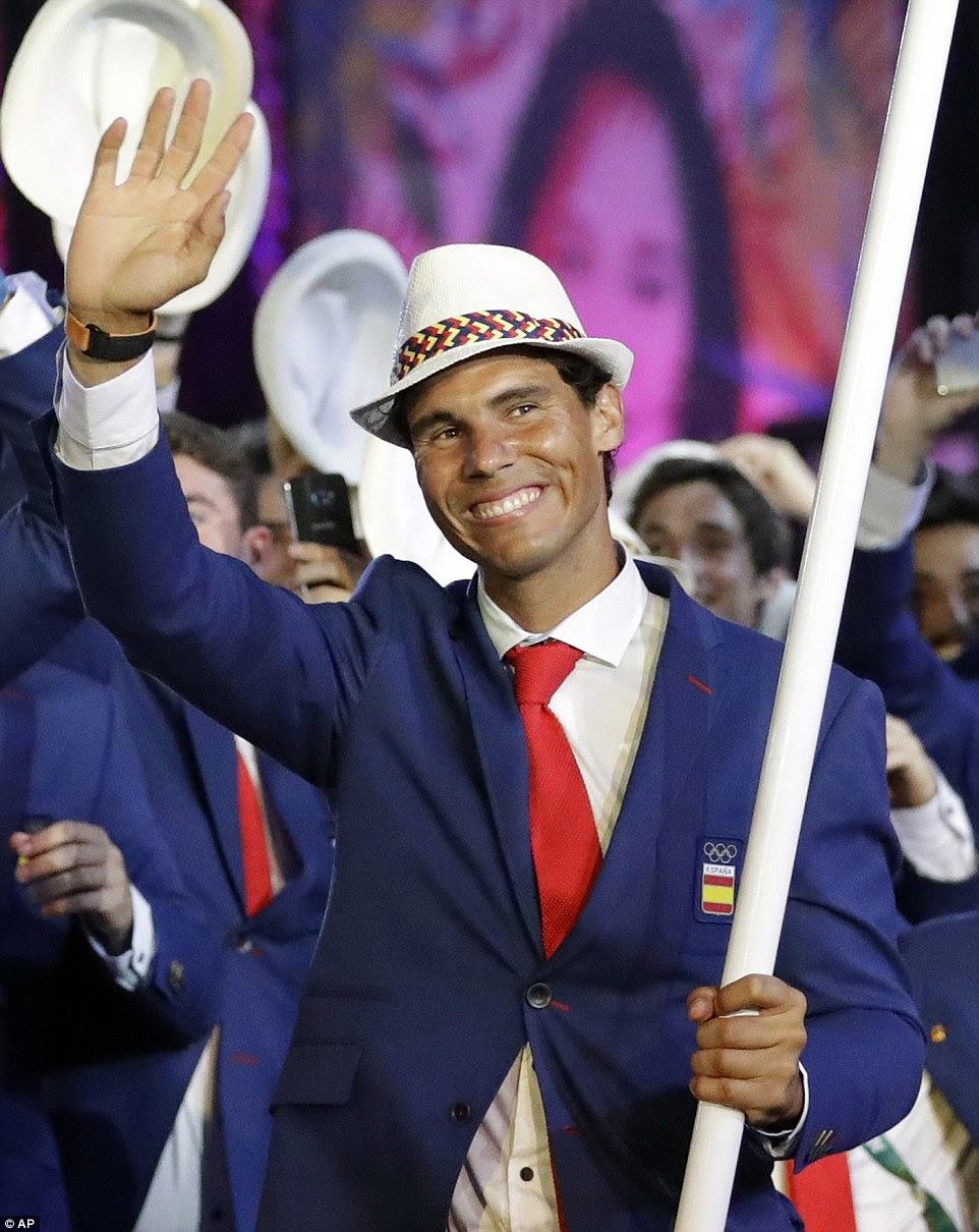 O jogador espanhol deu um aceno para as dezenas de milhares de espectadores que acabou por assistir a Cerimônia de Abertura
