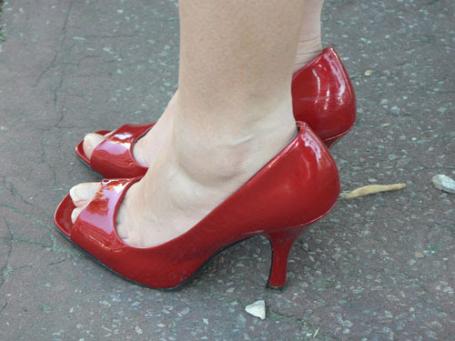 jambes blanches et chaussures rouges.jpg