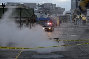 Una patrulla recorre las calles en el paseo marítimo que sufrió graves daños como consecuencia del paso del huracán Sandy en Atlantic City, Nueva Jersey (EE.UU.).EFE