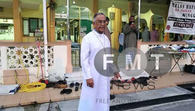 Archbishop Emeritus of Kuala Lumpur Murphy Pakiam at the Al-Huda Mosque, Kulim