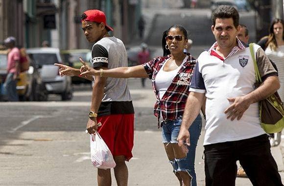 """""""Era mejor mantener los precios de 10 y 20 pesos como estaban antes. Ahora no hay carros y los pasajeros están botados en la calle"""". Foto: Ismael Francisco/ Cubadebate."""