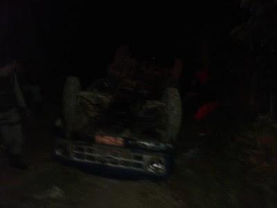 Veículo capotou após descer ladeira na zona rural (Foto: Ubatã Notícias)