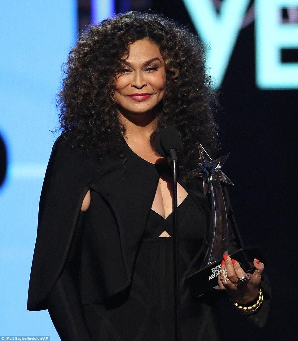 Mãe querida: Beyonce teve que deixar o evento para um concerto, mas sua mãe Tina Knowles aceitou seus prêmios durante toda a noite