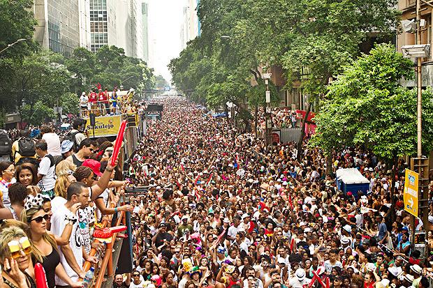 Multidão acompanha participa do desfile Cordão do Bola Preta, no centro do Rio de Janeiro
