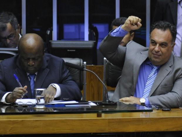 O vice-presidente da Câmara, deputado André Vargas (PT-PR), faz o mesmo gesto usado por petistas presos do mensalão, ao lado do presidente do STF, Joaquim Barbosa, na abertura do ano legislativo no Congresso (Foto: Laycer Tomaz/Ag.Câmara)