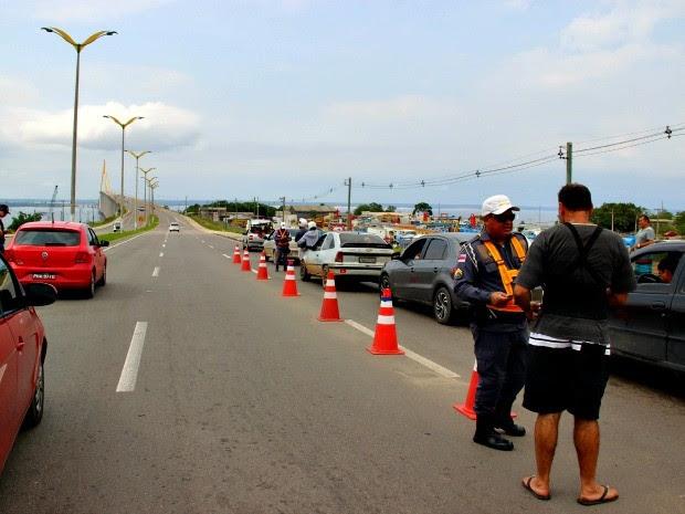 Arsam e Detran realizam fiscalização de todos os veículos que passam pela Ponte Rio Negro (Foto: Suelen Gonçalves/G1 AM)