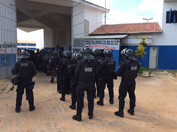 Agentes penitenciários do GOE fizeram revista em Alcaçuz, maior unidade prisional do RN (Foto: GOE)