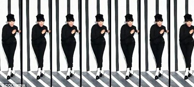 Impressionante: Beyonce executa a canção em frente de um fundo preto e branco vestindo uma gola pólo preta, calças pretas cortadas e meias brancas