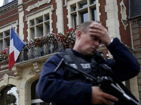 Davanti al municipio di Saint-Etienne-du -Rouvray  (Reuters/Rossignol)