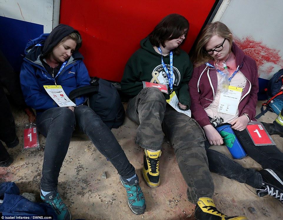 Καλύπτονται σε μπάζα: Τρεις θηλυκό «θύματα» της συντριβής δει στην πλατφόρμα του μετρό, με το ψεύτικο αίμα κάνει την κατάσταση πιο ρεαλιστικά