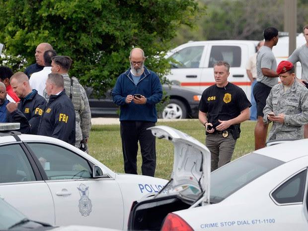 Militares são vistos na base aérea de Lackland, em San Antonio, no Texas, nesta sexta-feira (8). Atirador invadiu o local e matou pelo menos duas pessoas (Foto: Darren Abate/Reuters )