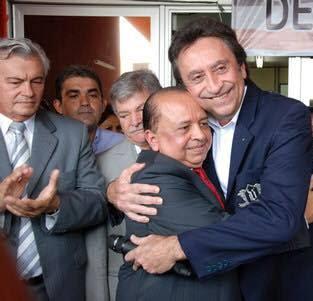 Arnaldo Melo (na ponta esq.) parece não ter gostado da permanência de Márcio Leite (abraço com Ricardo Murad) na Saúde