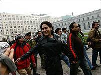 Bailarina poco antes de ser arrestada frente a palacio presidencial chileno. (Foto cortesía de La Tercera)
