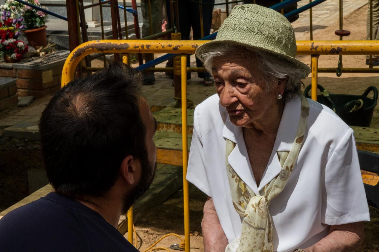 Ascensión Mendieta conversa con René, el arqueólogo de la Asociación para la Recuperación de la Memoria, al pie de la Fosa 1 /Óscar Rodríguez / ARMH