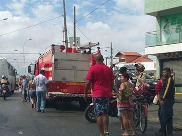 Bombeiros foram chamados para combater o fogo