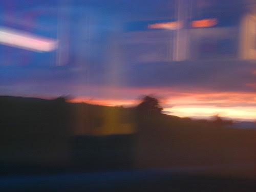Abendhimmel durchs Zugfenster