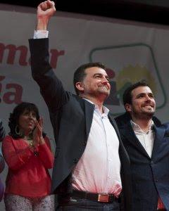 El candidato de IU a la Presidencia de la Junta de Andalucía, Antonio Maíllo, junto al candidato a la Presidencia del Gobierno, Alberto Garzón, durante un mitin en Málaga. EFE/Jorge Zapata